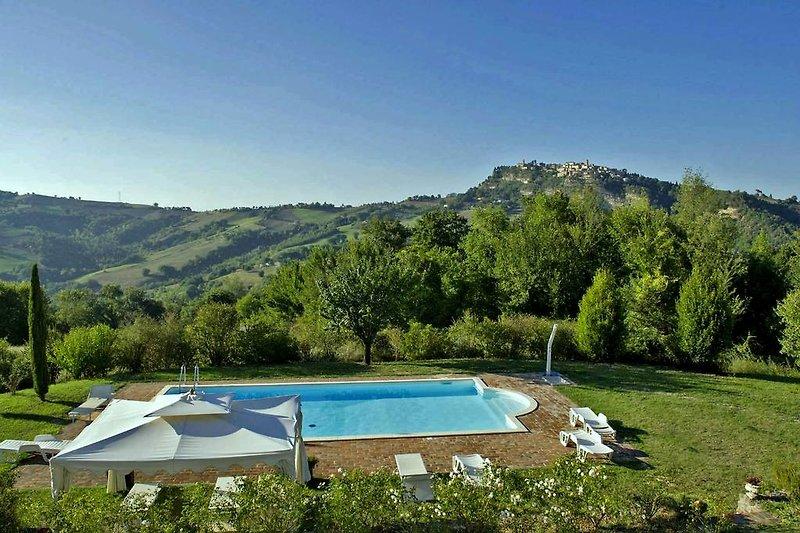 Villa Enrica - Großes Schwimmbad, umgeben von einem Garten mit Panoramablick
