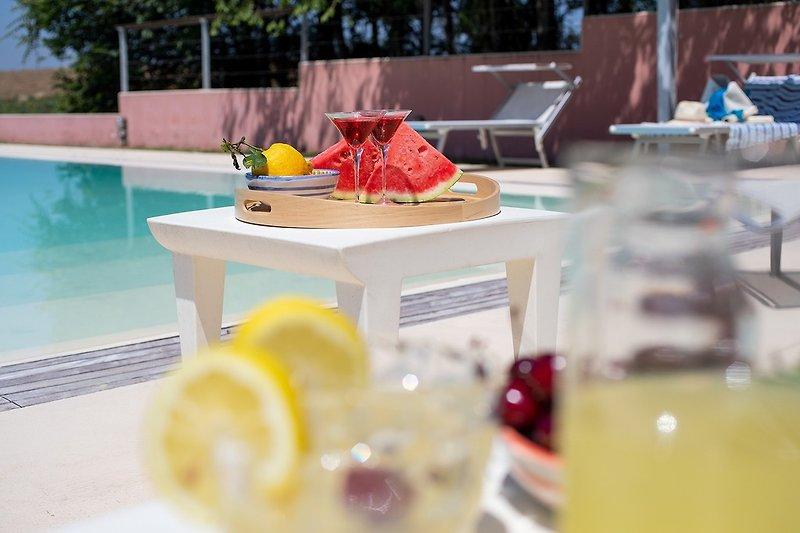 Villa Alessandra - Privates Schwimmbad mit Sonnenliegen