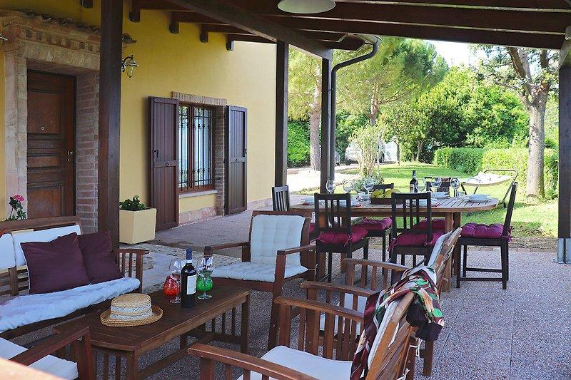 Villa Flora - Veranda zum Essen und Entspannen im Freien