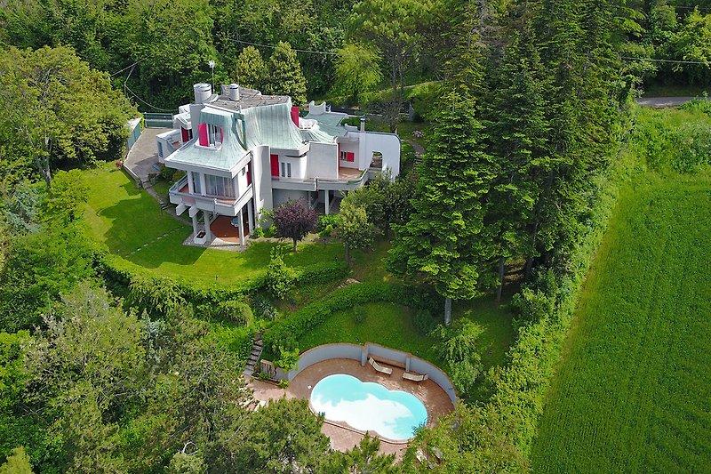 Villa Tiara- Luftaufnahme der Villa und des Pools