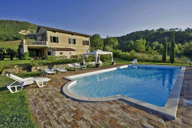 Villa Enrica - Schwimmbad mit komfortablem Eingang zur römischen Treppe