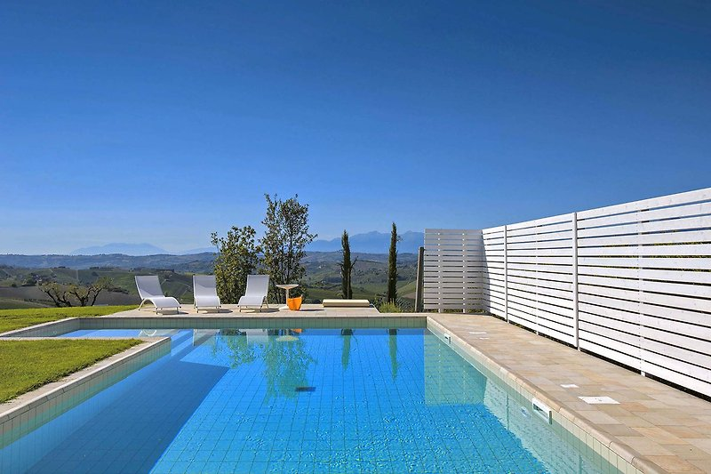 Casale San Basso - Panoramic pool with sitting area
