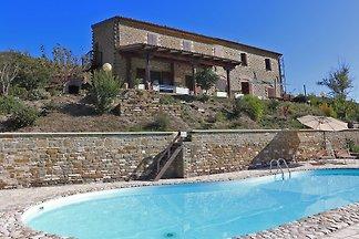 Casale Giada ist ein hübsches Ferienhaus mit Pool in den Marken. Es liegt nur wenige Minuten von Pianello entfernt, einem der vielen malerischen Dörfer im Hinterland der Marken.