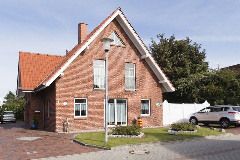 Haus Merlin mit Stellplätzen für beide Wohnungen