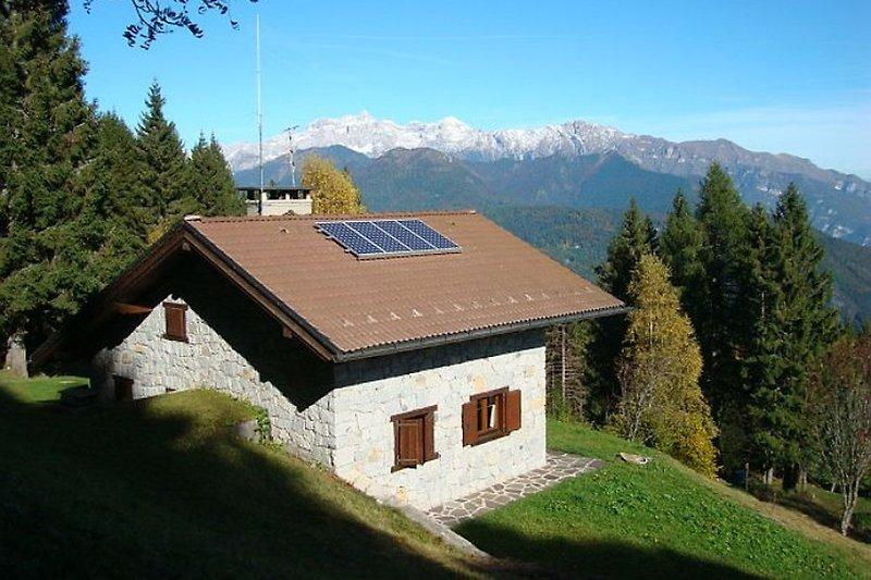 Hütte mit Brentadolomiten