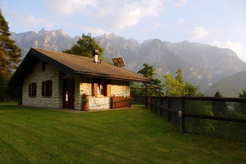 Chalet und Bergwelt