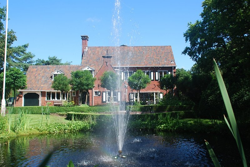 Vorseite Villa Middenblink mit Teich