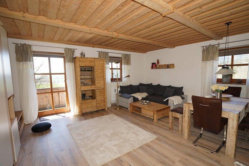 Wohnzimmer der Ferienwohnung mit Blick zum Balkon