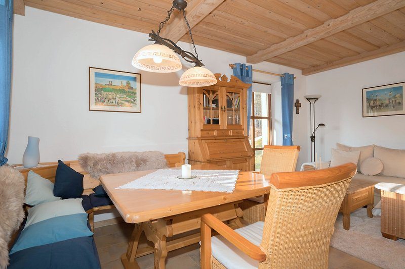 Wohnzimmer mit Ess- und Sitzecke, Zugang zur Terrasse