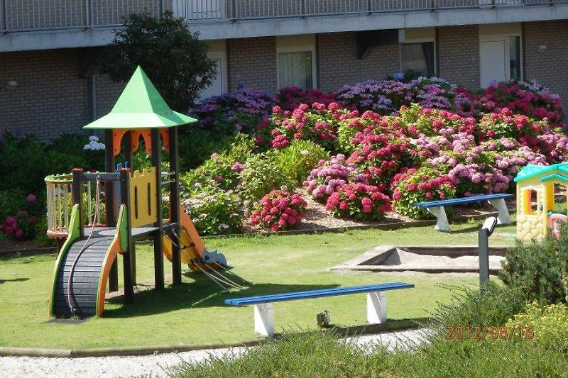 Spielplatz im schön bewachsenen Innenhof