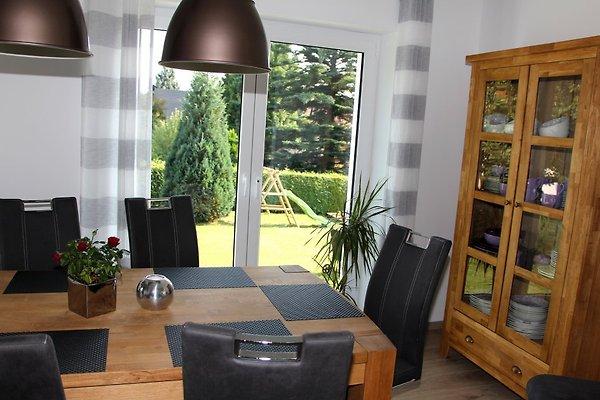 Esstisch mit Gartenblick