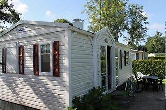 Modernes Mobilhome in einem großzügig und ruhig angelegten Ferienpark in Friesland, nur 1,5 km vom Wattenmeer entfernt  Das schöne Mobilhome befindet sich im  ein Ferienpark