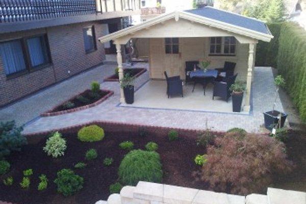 Garten mit überdachten Sitzplatz