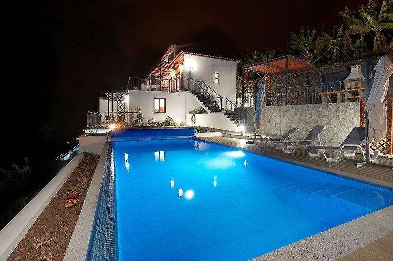 Blick vom Pool zu Villa