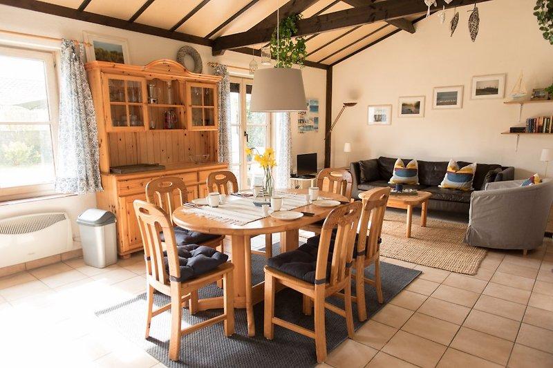 Blick in den großen Wohnbereich mit Esstisch und Sitzecke