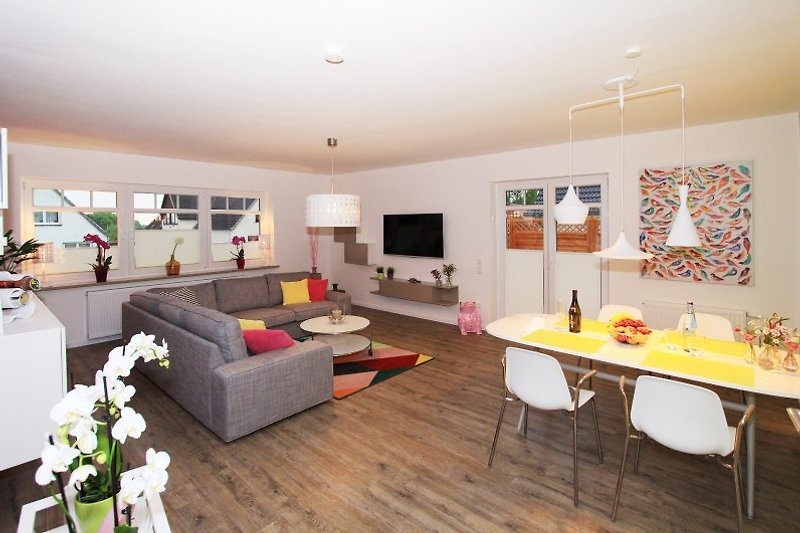 Wohnzimmer mit LCD/SAT/DVD/Stereo  und Terrassentür zum Garten