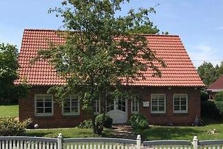 Liebevoll restauriertes Bauernhaus für max. 6 Erwachsene und 2 Kinder. Großer Garten mit Gartenhaus, Terrasse, Spielgeräten und direktem Zugang zum angrenzenden Fluß.