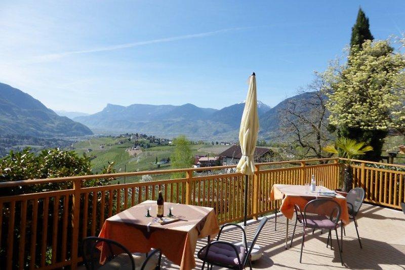Blick von der Terrasse auf die Umgebung von Dorf Tirol und Meran