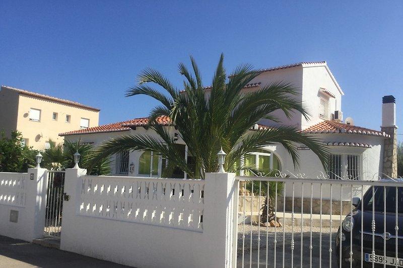 Haus vorne mit Einfahrt