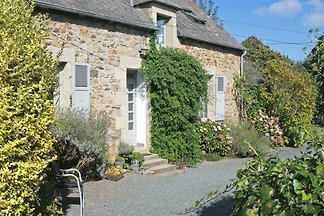 Situated between SAINT-BRIEUC and PAIMPOL old farmhouse was completely renovated 2,001th Particular attention was paid to originality and comfort.