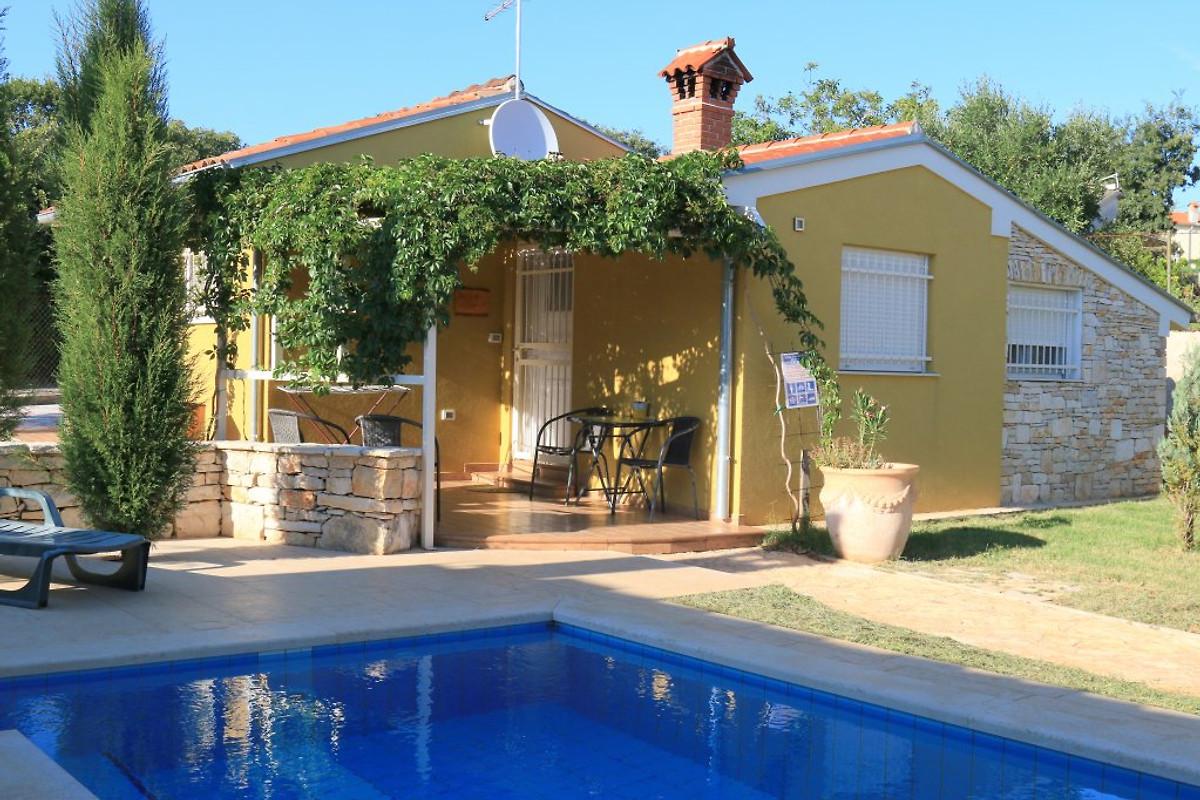 Haus pluton in valtura ferienhaus in pula mieten for Haus mit pool mieten