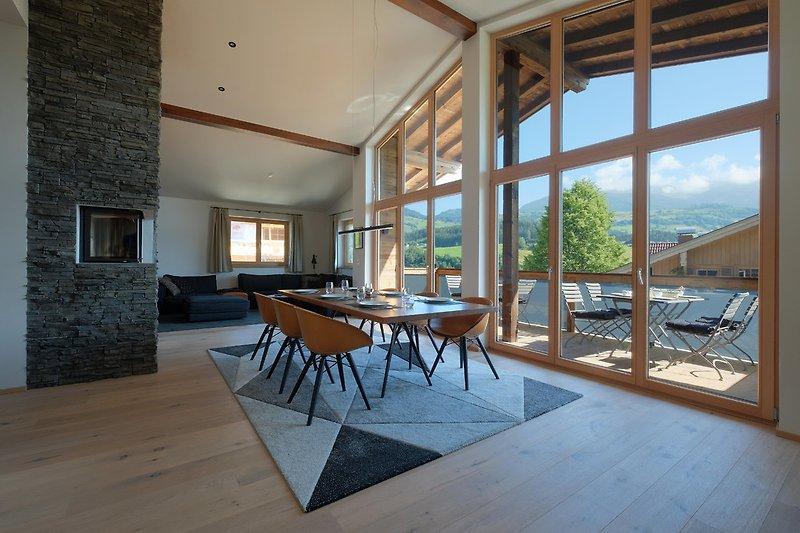 Esstisch vor Fensterfront