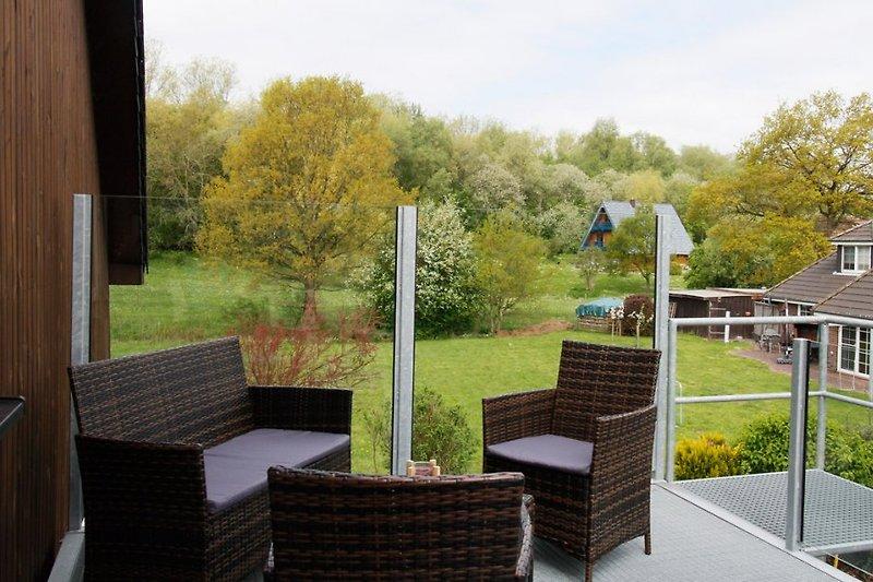 Großer Balkon mit Gartenmöbel