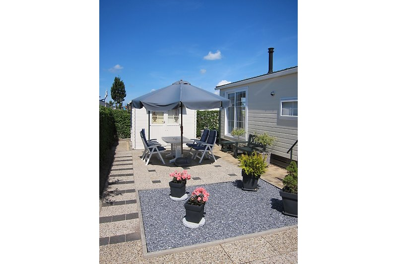 Außenansicht mit Terrasse und Gartenhaus