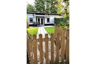 Ein schönes, gut gepflegtes Haus mit grossen Garten und Parkplatz. Kinder und Haustiere (max 2) herzlich willkommen. Sehr geeigtnet für Senioren (Abstelplatz Fahrräder anwesend)