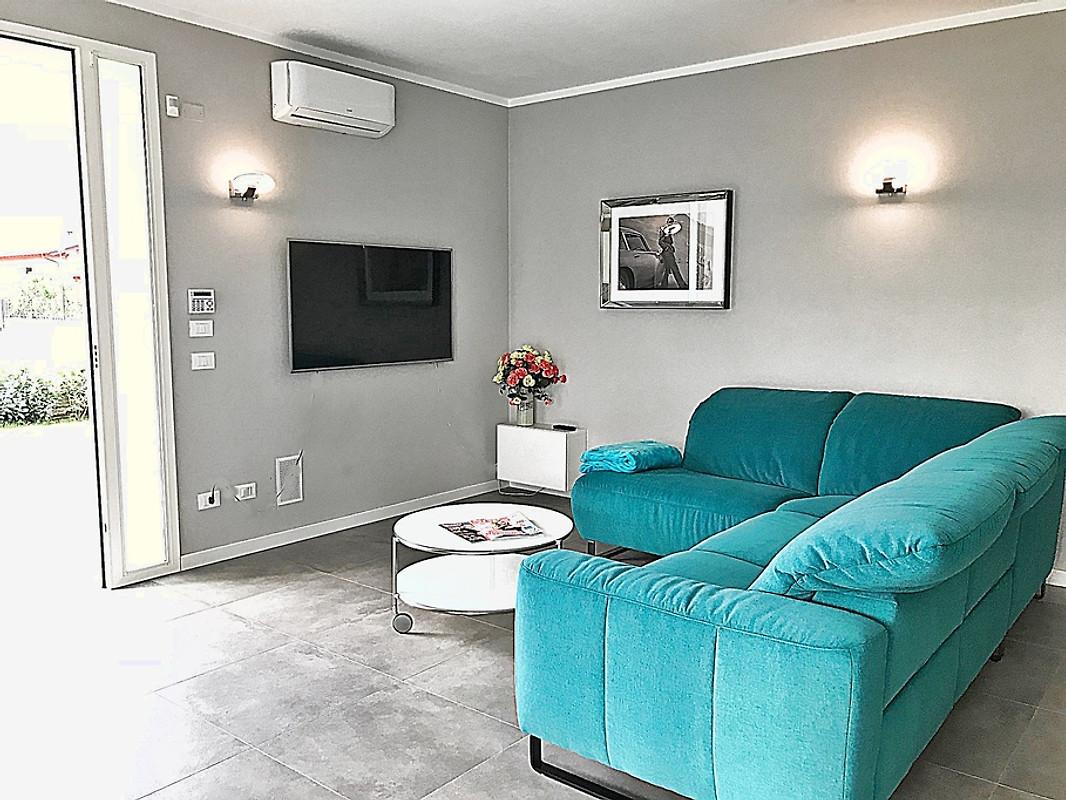 Villa vanina ferienhaus in manerba del garda mieten for Wohnlandschaft 8 personen