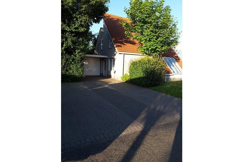 Zugang der Wohnung mit Garage gesehen von Parkplatz