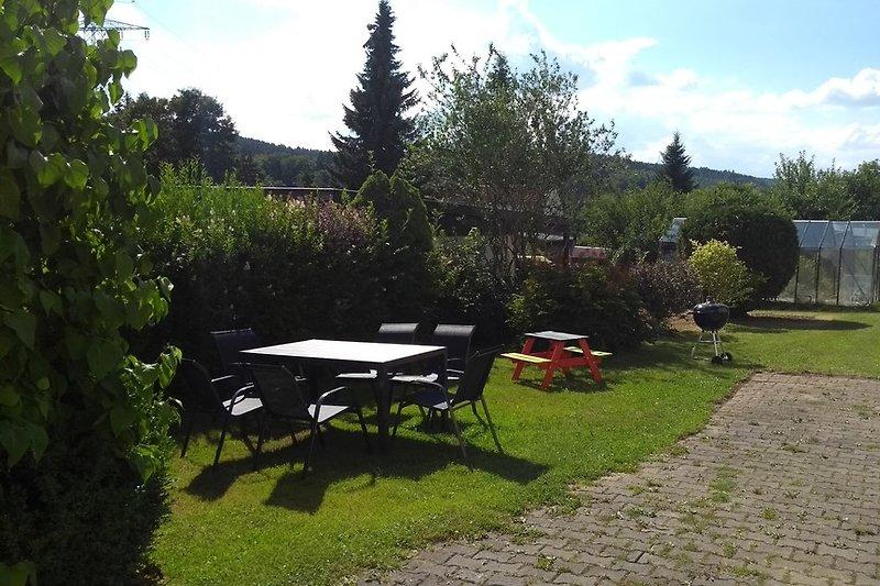 Sitzbereich mit Gartenmöbeln, bis zu 10 Stühle vorhanden