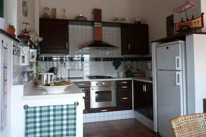 Küche mit umfangreicher Ausstattung und Essplatz