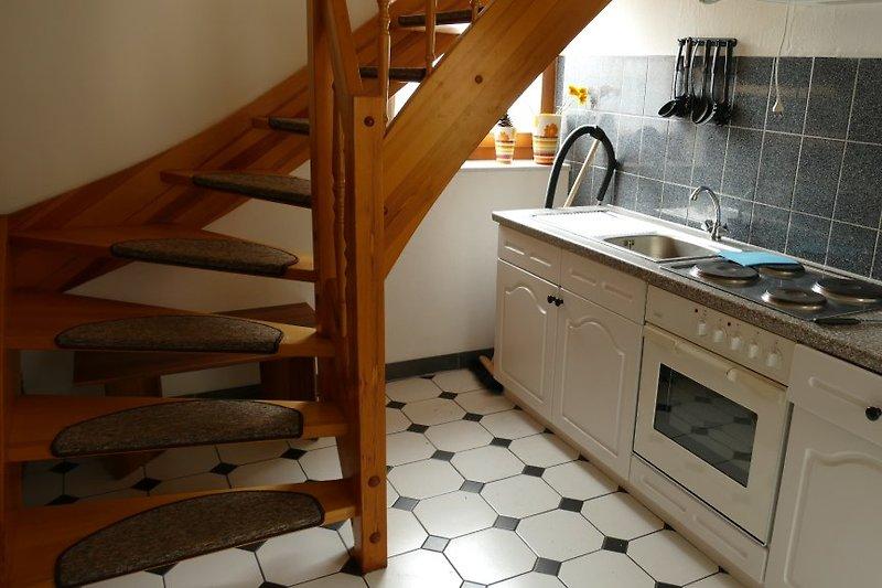 Küche mit Treppe zum Wohnzimmer