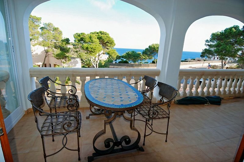 Wunderschöner Meerblick und hochwertige Terrassen-Möbel laden zum verweilen ein