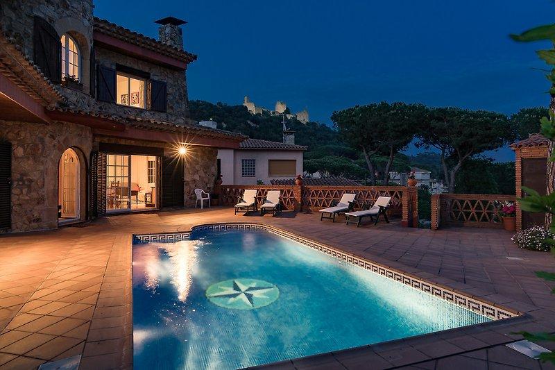 am Pool mit Blick auf das Castell Palafolls