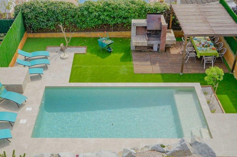 Blick in den Garten mit Pool