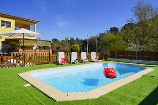 Ideal for 1-2 families: private pool, sauna, garden, quiet location, dogs possible, 2 independent apartments TOP: 3 bedrooms, kitchen, 1 bathroom / BOTTOM: 2 bedrooms, kitchen, 1 bathroom