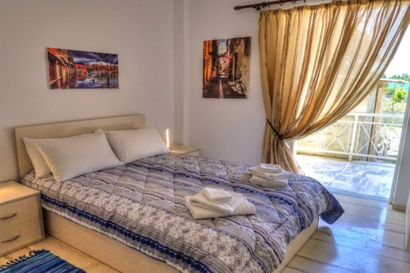 rolisapartment 100 m2 4 zi k bad ferienwohnung in adelianos kampos mieten. Black Bedroom Furniture Sets. Home Design Ideas