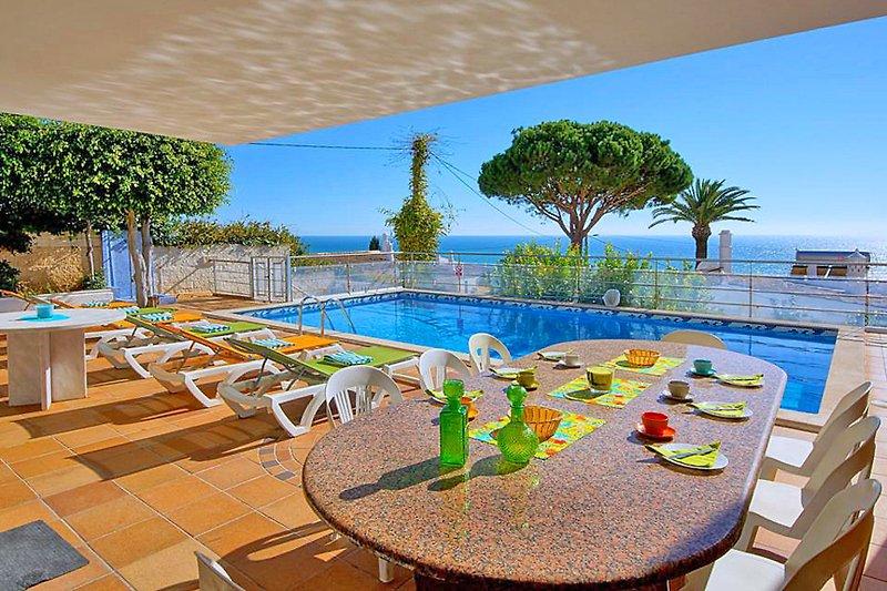 Terrasse mit Pool und Meerblick