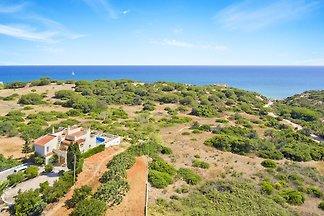 Dom wakacyjny z prywatnym basenem i widokiem na morze dla 8 osób, zaledwie 700 metrów od plaży. 4 sypialnie, 3 łazienki, klimatyzacja, internet, zmywarka i pralka.