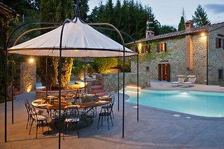 Casa Fuochi con piscina en un lugar aislado