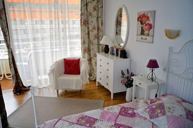 Schlafzimmer mit großen Kleiderschrank und bequemen Doppelbett
