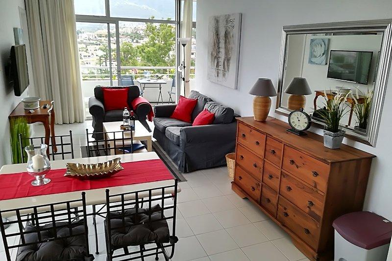 Blick auf den Wohnraum mit Essplatz