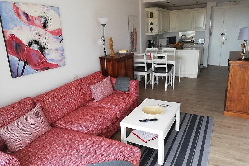 Wohnraum mit Blick auf Essplatz und offene Küche