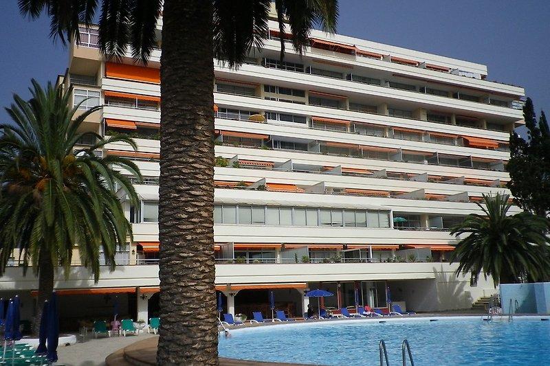 Blick auf das Gebäude vom Pool