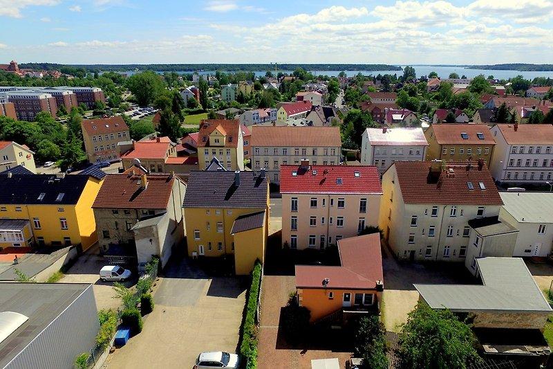 Blick über die Häuser zur Müritz