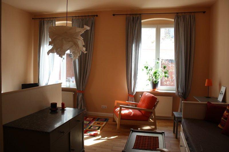 Wohn-Schlaf-Zimmer mit Fernsehsessel