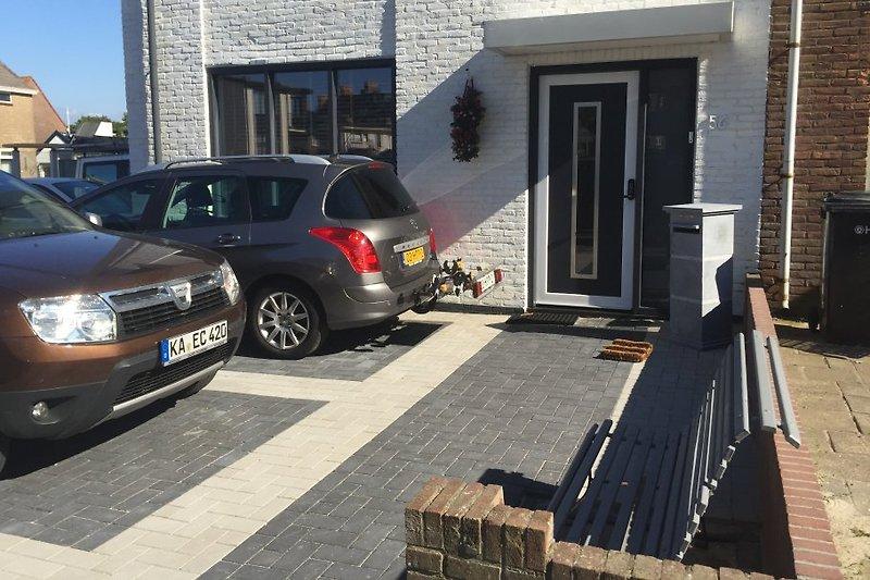 einen eigenen Eingang und Parkplätze