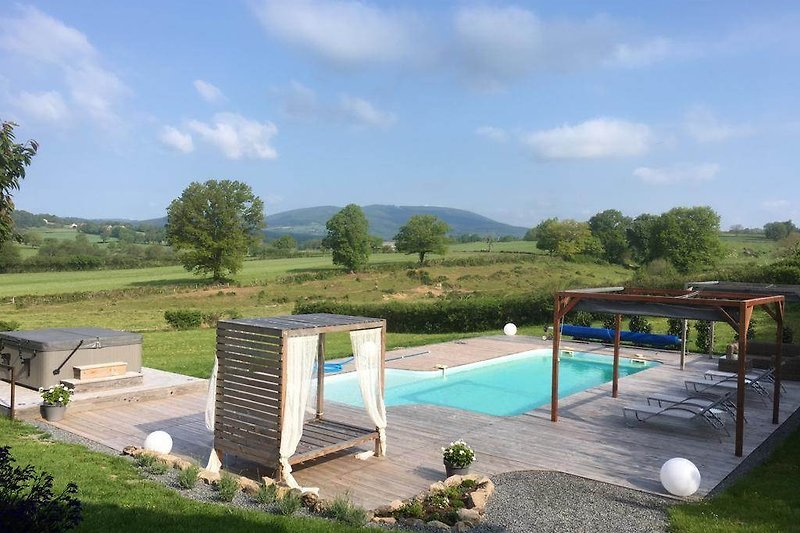 Sehr geräumige, luxuriöse und komfortable Villa mit eigenem beheiztem Pool und Whirlpool in Burgund.